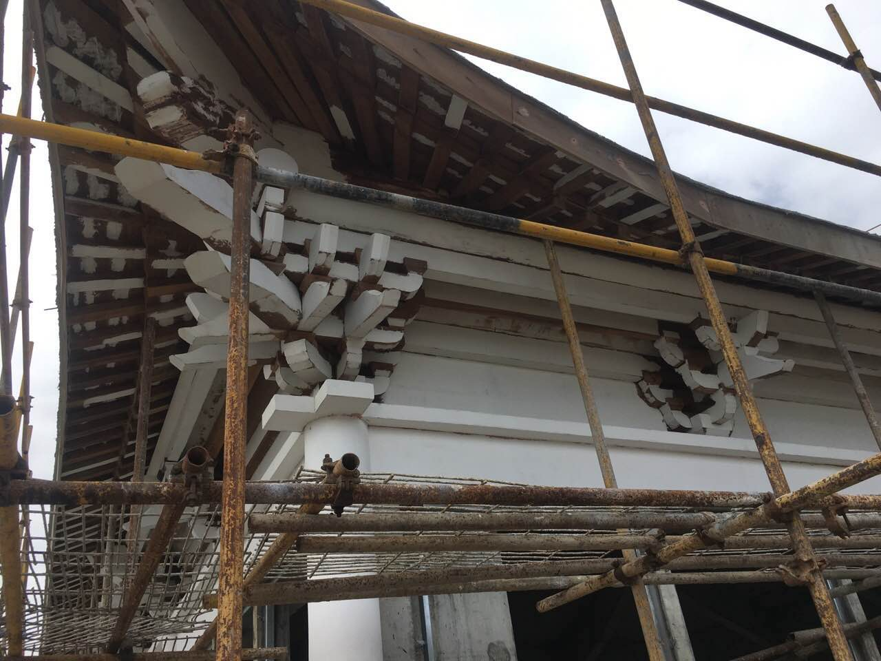 木建筑裂了要刮灰用汉林水性腻子可以吗?