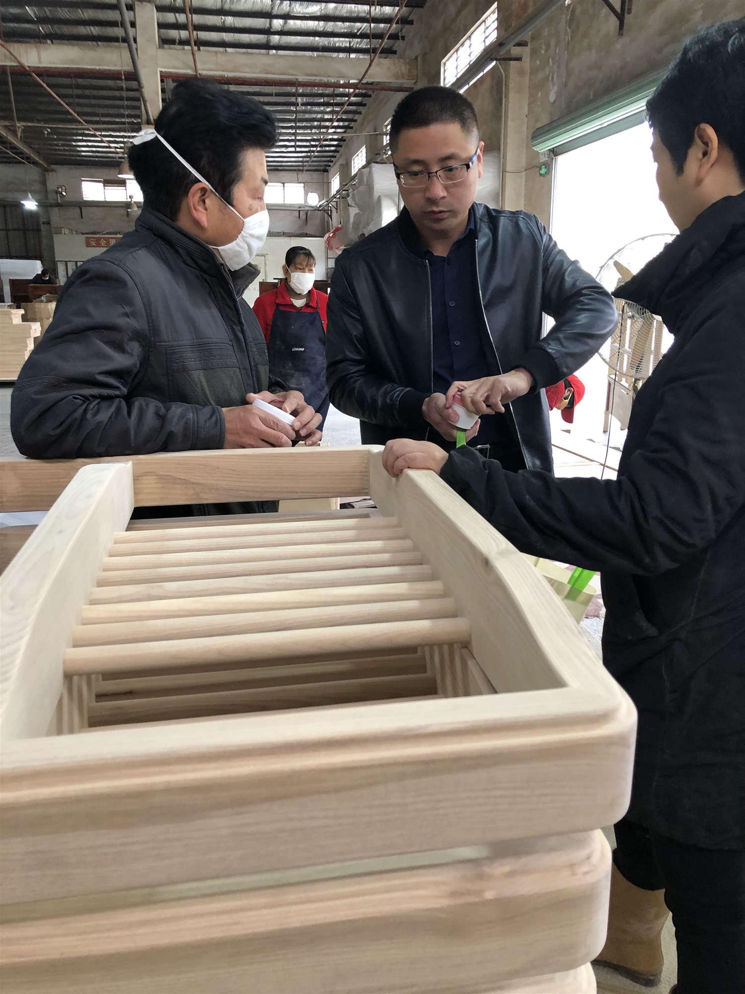 汉林水性木器腻子到东莞某出口定制家具企业进行技术服务